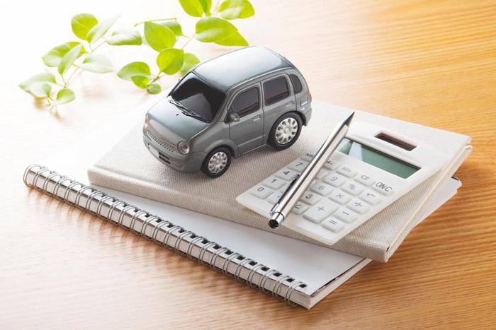 Bloco de anotações, calculadora, caneta e carro em miniatura | Pagamento do DPVAT separado do IPVA em 2018