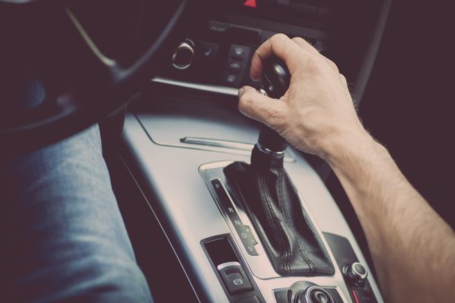 Homem com mão em câmbio automático | Saiba tudo sobre o uso de GNV em carros automáticos