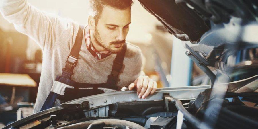Homem olhando motor de um carro | O que é variador de avanço?