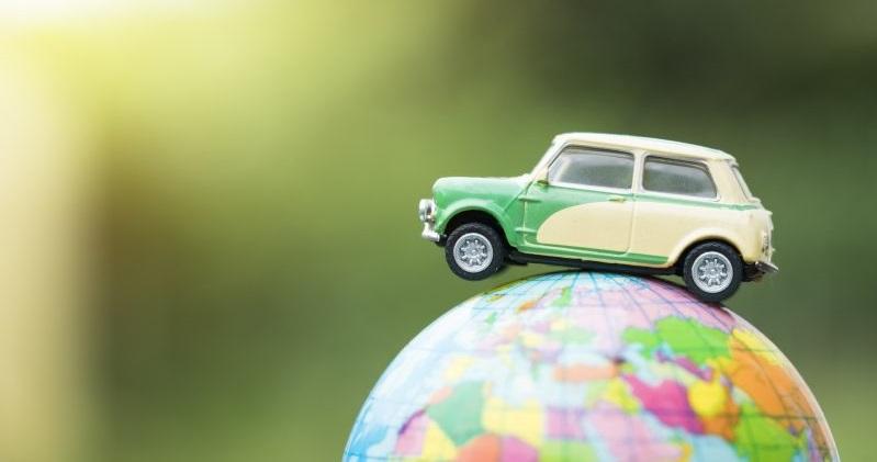 Miniatura de carro sobre globo terrestre | GNV: como o mundo vê o gás natural veicular