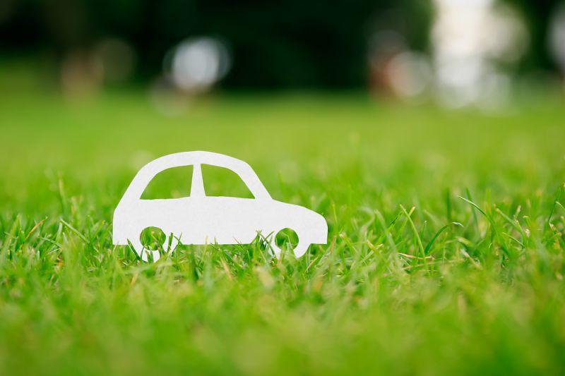 Carro em miniatura papel na grama | Benefícios do GNV para o meio ambiente