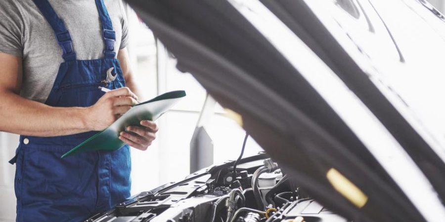 Homem observando motor de carro   Importância do emulador de sonda lambda em carros com GNV