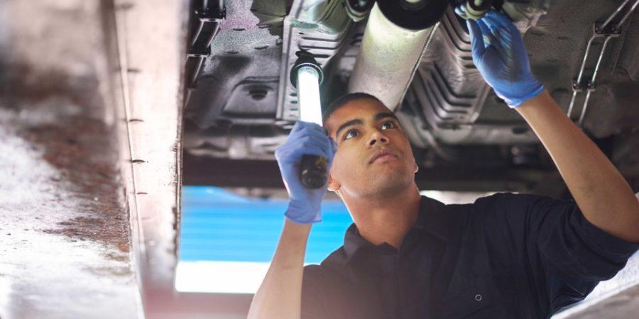Mecânico mexendo em escapamento de carro | Qual é a relação entre o catalisador do carro e a potência?